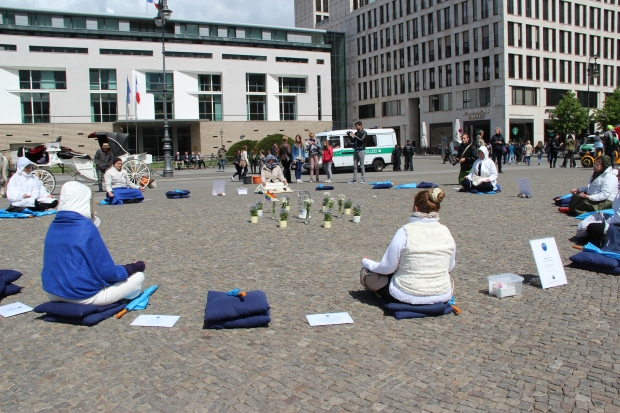 Meditation group in Parisien Platz